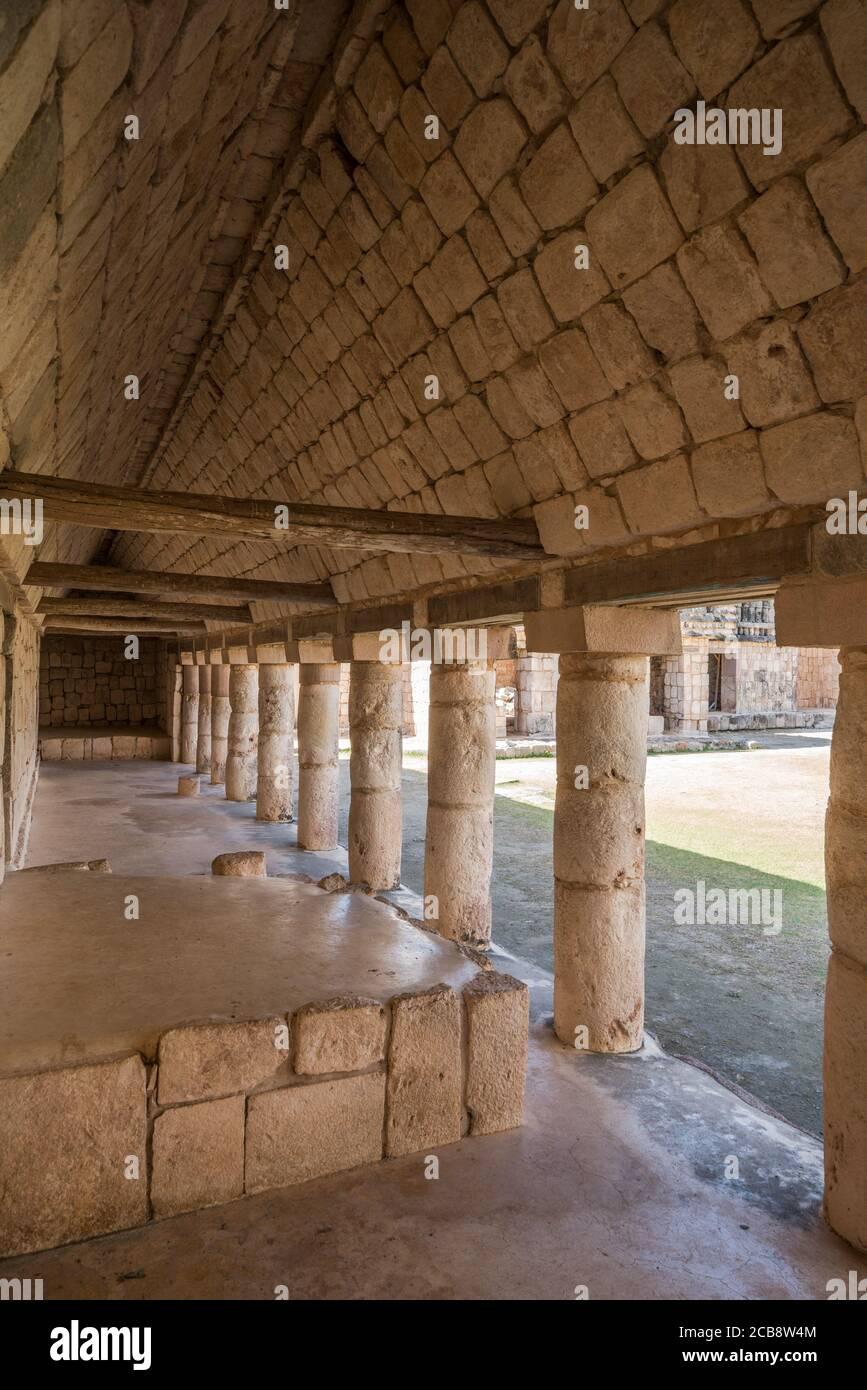Pilares de piedra en el cuadrilátero de las aves en las ruinas de la ciudad maya de Uxmal en Yucatán, México. Ciudad prehispánica de Uxmal - un mundo de la UNESCO Foto de stock