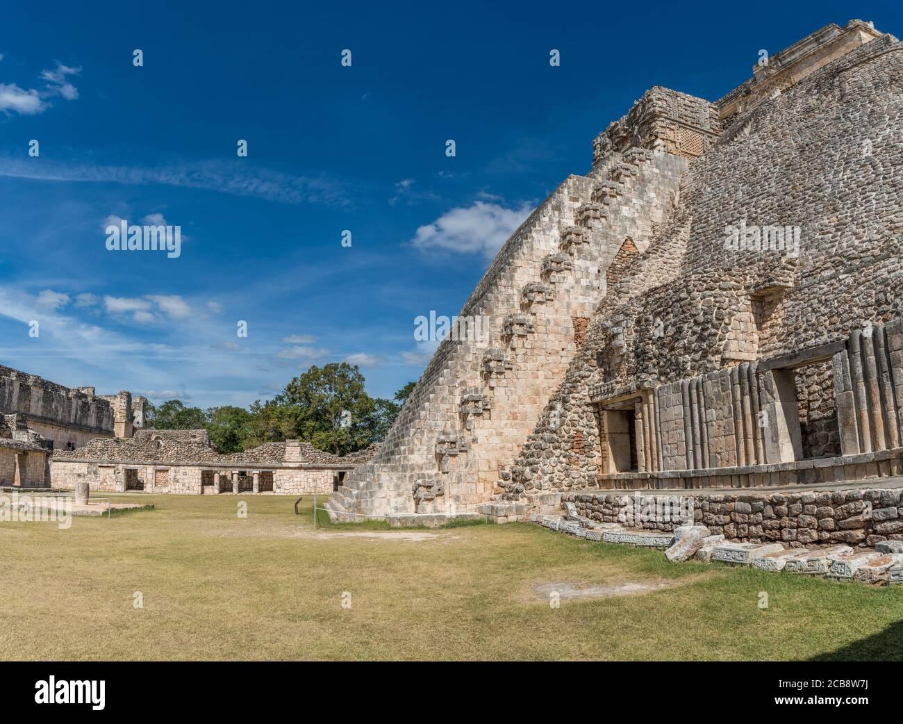 El lado oeste de la Pirámide del Mago se enfrenta al cuadrilátero de las aves en las ruinas de la ciudad maya de Uxmal en Yucatán, México. Pre-Hispan Foto de stock