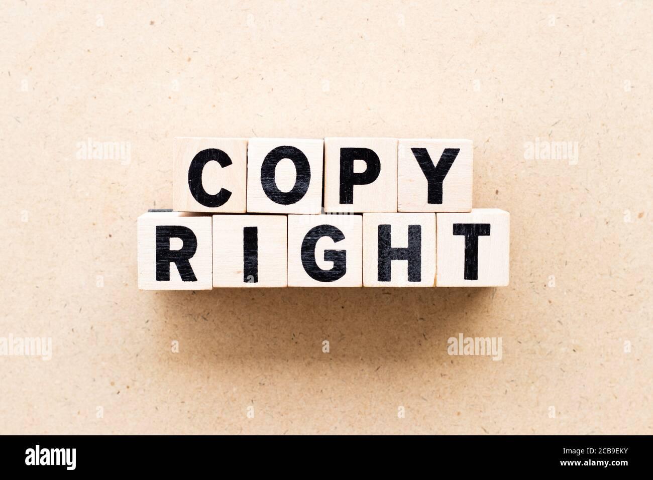 Letra bloque en palabra copyright sobre fondo de madera Foto de stock
