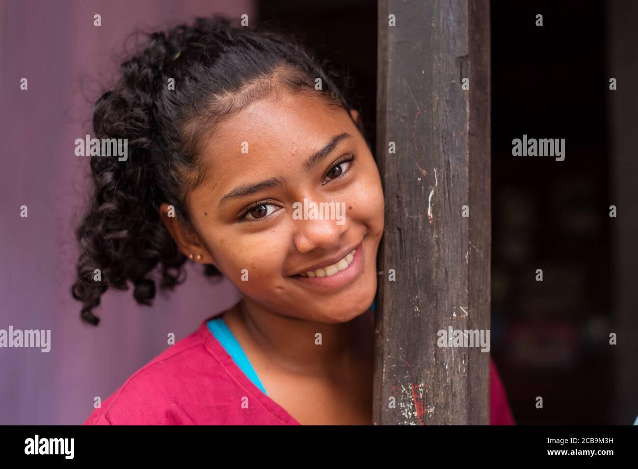 El Castillo / Nicaragua - 30 de julio de 2019: retrato de una hermosa niña nicaragüense en una casa de madera en el pueblo de el Castillo Foto de stock