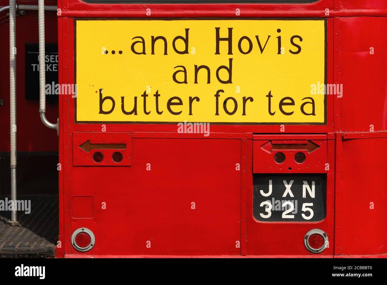 ' … Y Hovis y mantequilla para el té': Versión pintada a mano del eslogan publicitario utilizado en 1954 por la empresa británica de harina y pan Hovis Ltd (fundada en 1886, parte de la fila Hovis McDougall desde 1962 y ahora una Marca Premier Foods), en la parte posterior de JXN 325, un Routemaster de Transporte de Londres (RT 935) Autobús de dos pisos exhibido en julio de 2013 en el 50 aniversario Woodcote Steam and Vintage Transport Rally en Woodcote, Oxfordshire, Inglaterra. El autobús AEC Regent III, construido en 1949, fue retirado del servicio a principios de los años 60 y comprado para su conservación en 1971. Foto de stock