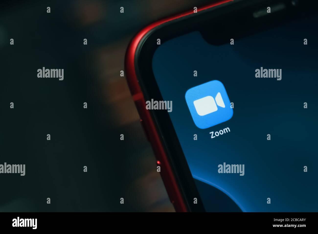 Bishkek, Kirguistán - 14 de marzo de 2020: Aplicación de zoom sobre el teléfono inteligente applie iphone para reuniones de Internet para trabajadores remotos o educación en línea Foto de stock