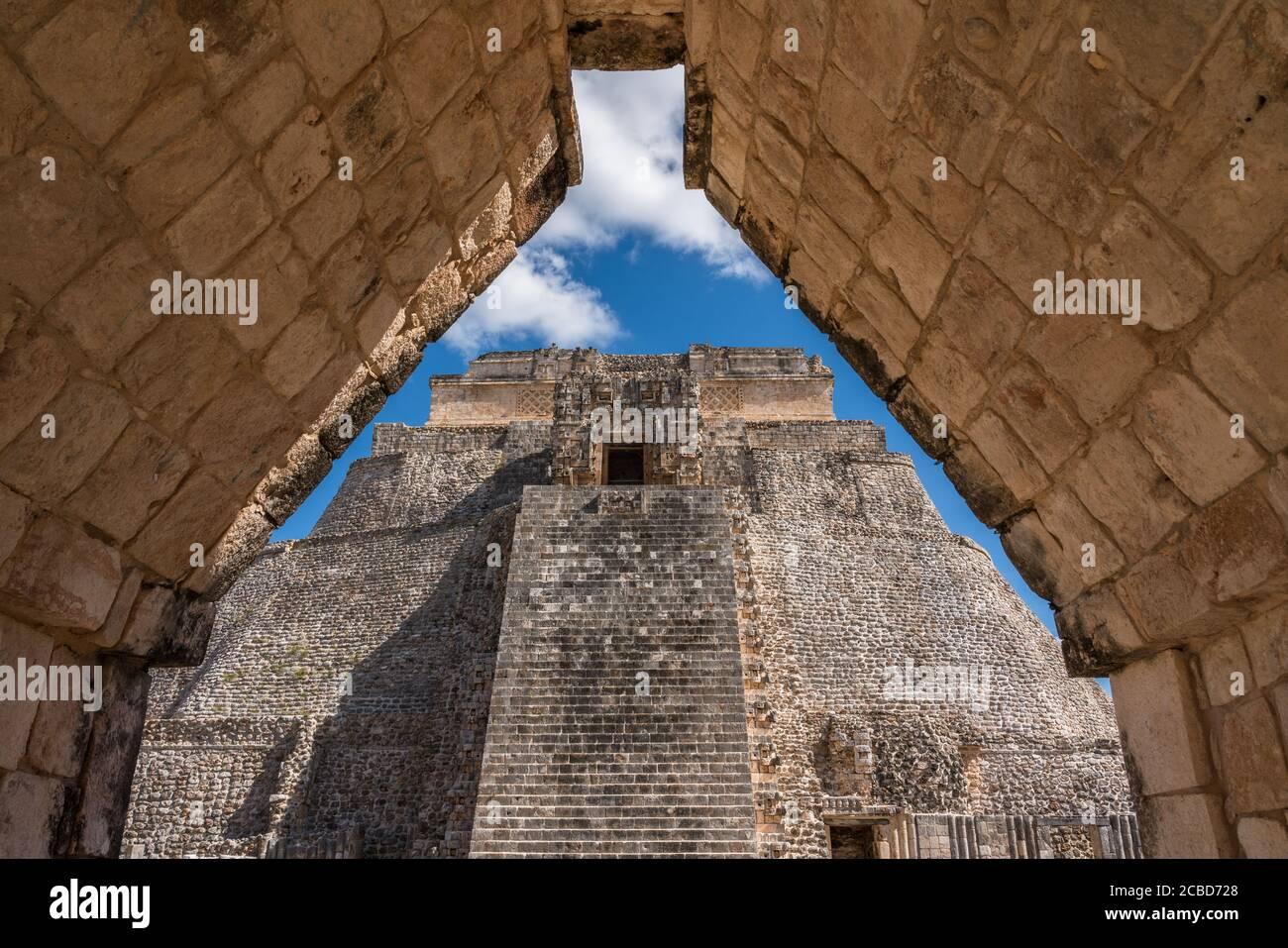 La fachada oeste de la Pirámide del Mago, también conocida como la Pirámide de los Dwarf, se enfrenta al cuadrilátero de las aves. Es el struo más alto Foto de stock