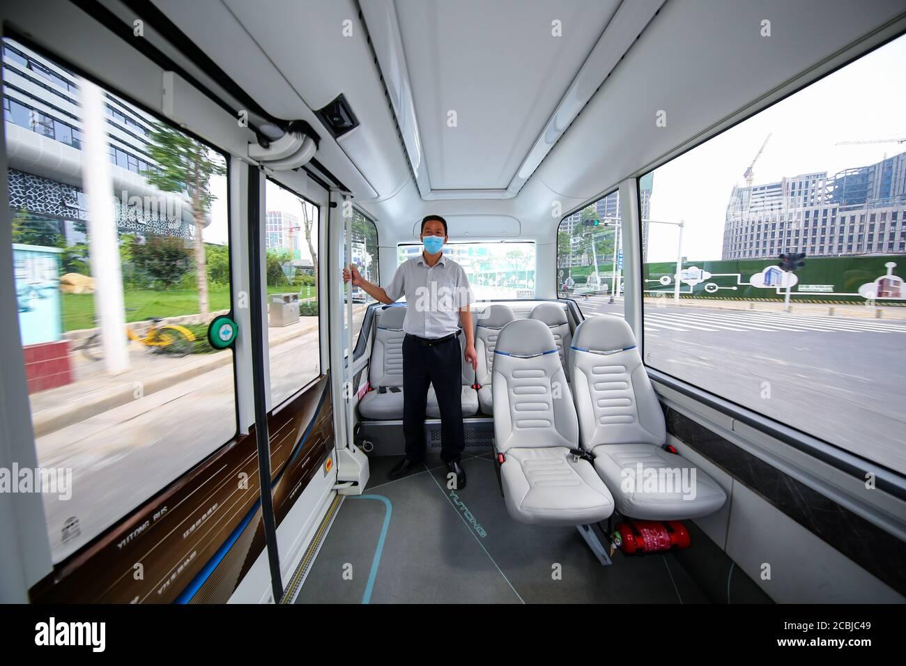 """Zhengzhou, Zhengzhou, China. 14 de agosto de 2020. Henaní¯Â¼Å'CHINA-el 11 de agosto de 2020, henan zhengzhou, zhengdong nuevo distrito dar Sabiduría isla lago bucle, yutong autobús de conducción automatizada ha estado funcionando durante un año, que se basa en 5 g de L4 autobús de conducción automatizada tienen muy inteligente, conducido y autónomo evitar obstáculos, Los compañeros de la intersección de la patrulla, como la tarea, pueden ser precisos, completos, también pueden identificar ambulancias, motores de bomberos, etc. y tomar la iniciativa para dar paso. """"La nube ubicua de la carretera inteligente del coche inteligente"""" está trayendo grandes cambios a los viajes de los ciudadanos de zhengzhou. A pesar de estar en funcionamiento Foto de stock"""