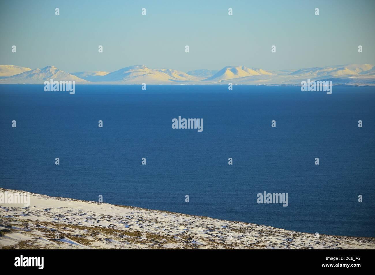 Los fiordos del oeste y el mar en Islandia durante el invierno Foto de stock