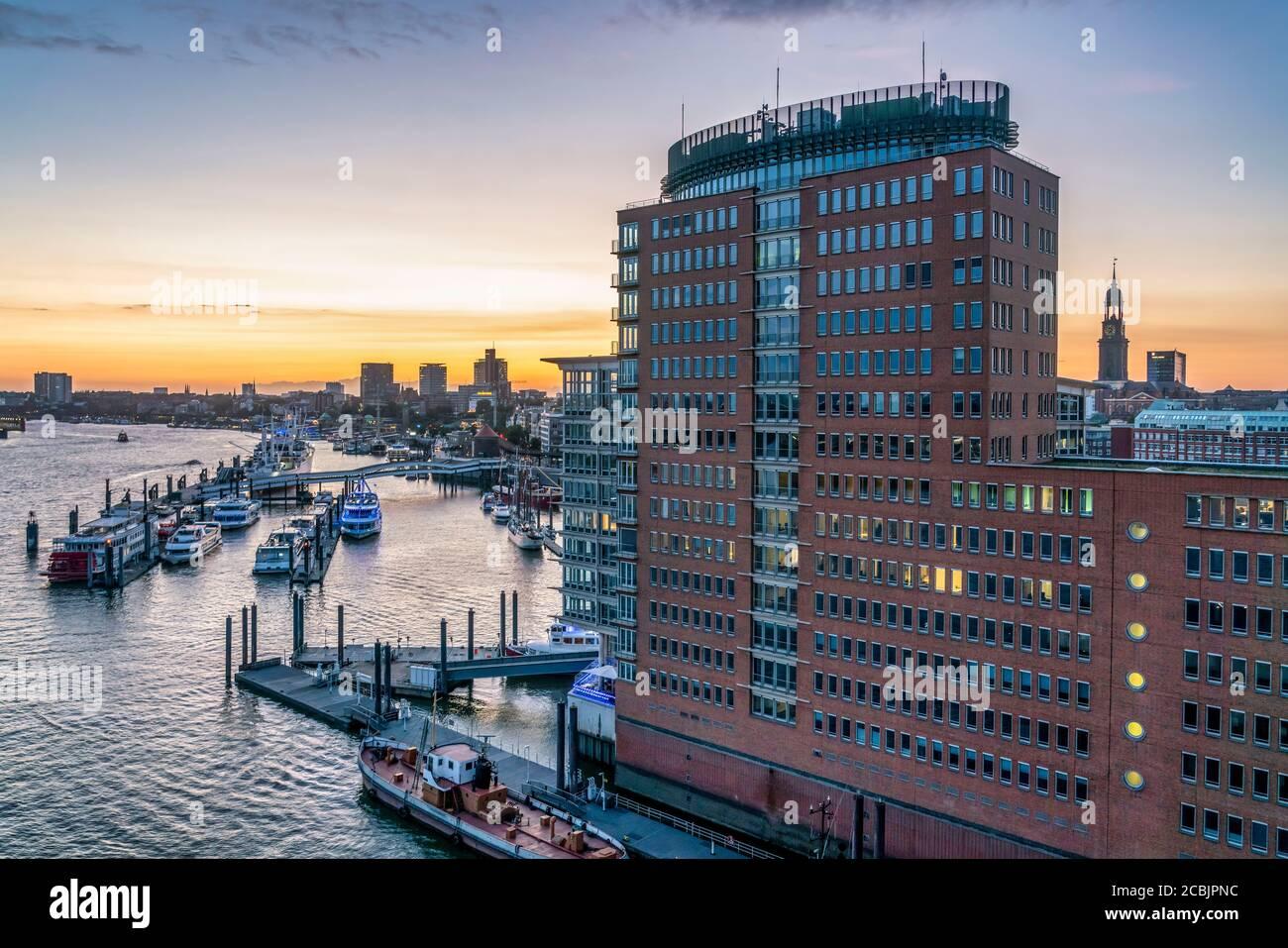 Ausblick von der Elbphilharmonie auf das Hanseatic Trade Center, Sandtorhafen, Speicherstadt, Hafencity, Hamburgo, Alemania, Europa Foto de stock