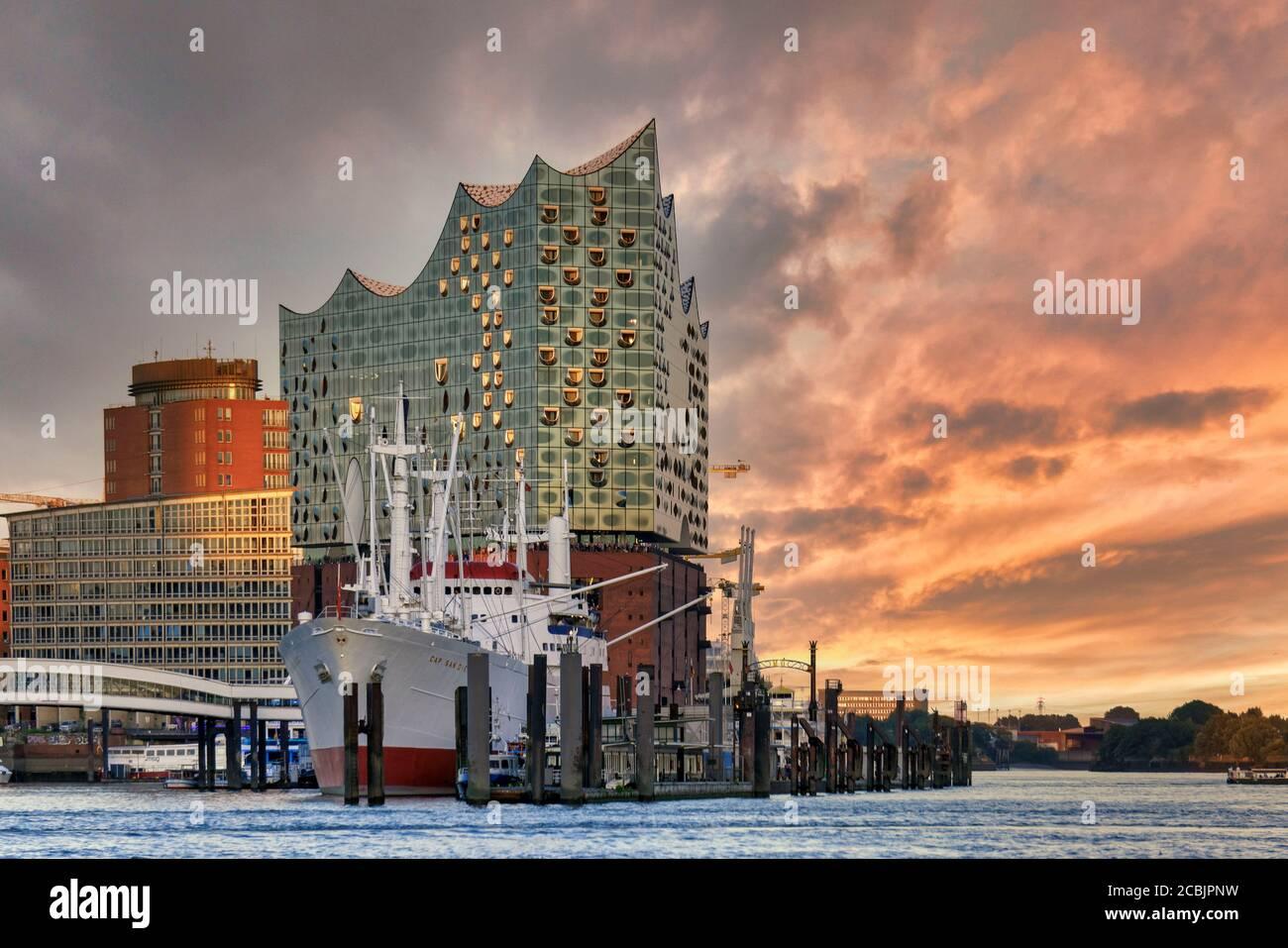 Elbphilharmonie , Cap San Diego Museumsschiff, Museumsfrachtschiff, HafenCity, Hamburgo, Alemania, Europa Foto de stock