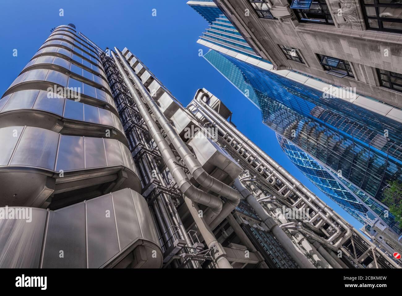 Inglaterra, Londres, edificio Lloyds, vista angular desde el nivel de la calle. Foto de stock