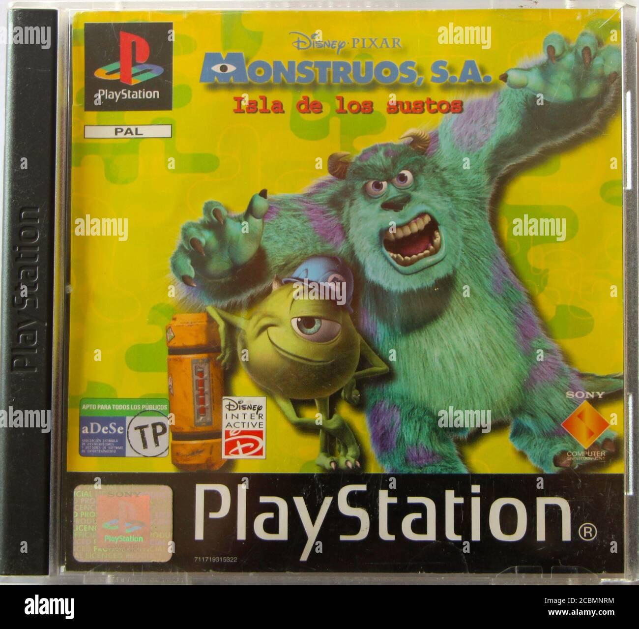 Caja y portada de CD original de PlayStation 1 para Monsters Inc Juego Versión española Isla de las sustos o Isla de asusta Foto de stock
