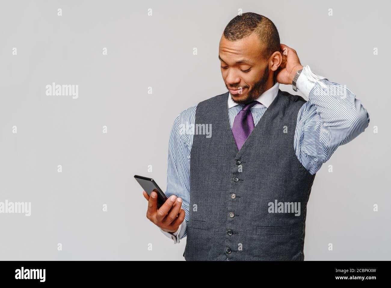 profesional afroamericano hombre de negocios con teléfono móvil Foto de stock