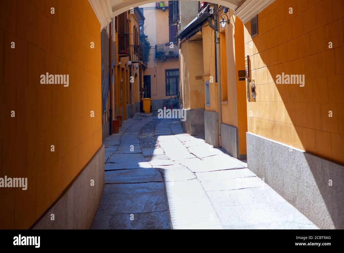 Calle estrecha arcada en Italia. Pavimento en la vieja ciudad italiana Foto de stock