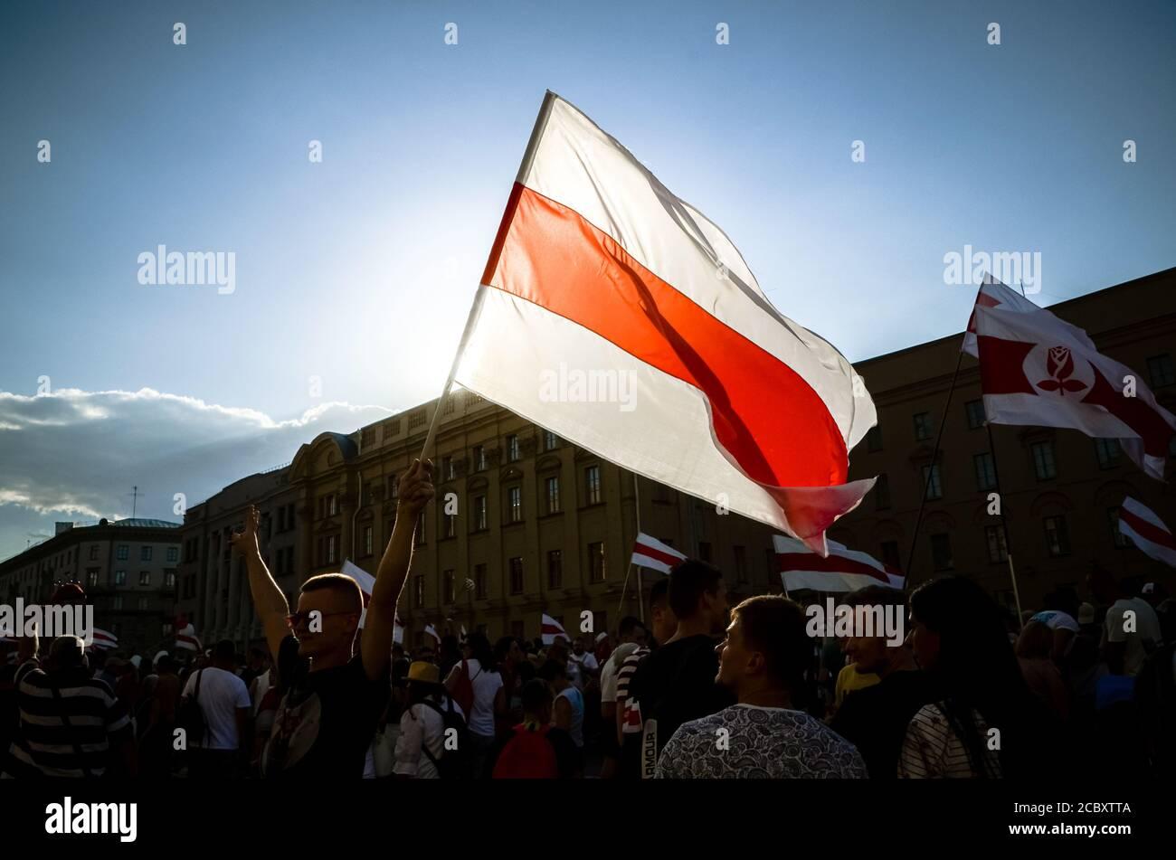 Minsk, Bielorrusia - 16 de agosto de 2020: El pueblo bielorruso participa en protestas pacíficas después de las elecciones presidenciales en Bielorrusia. La persona tiene f. Histórica Foto de stock