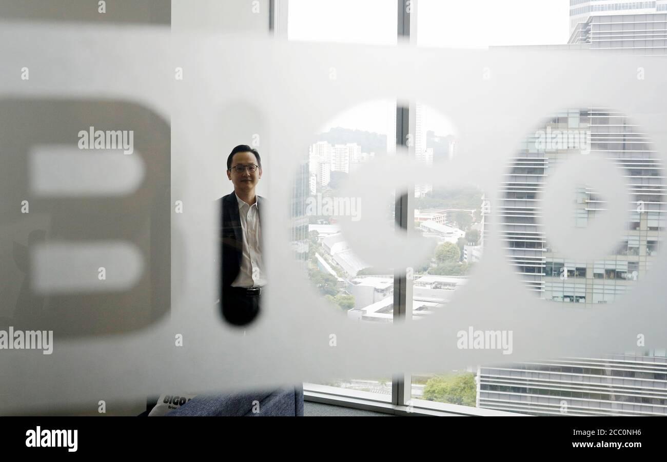 Mike ONG, Vicepresidente de Relaciones gubernamentales de BIGO Technology, hace una foto en su oficina en Singapur el 14 de agosto de 2020. Foto tomada el 14 de agosto de 2020. REUTERS/Edgar su Foto de stock
