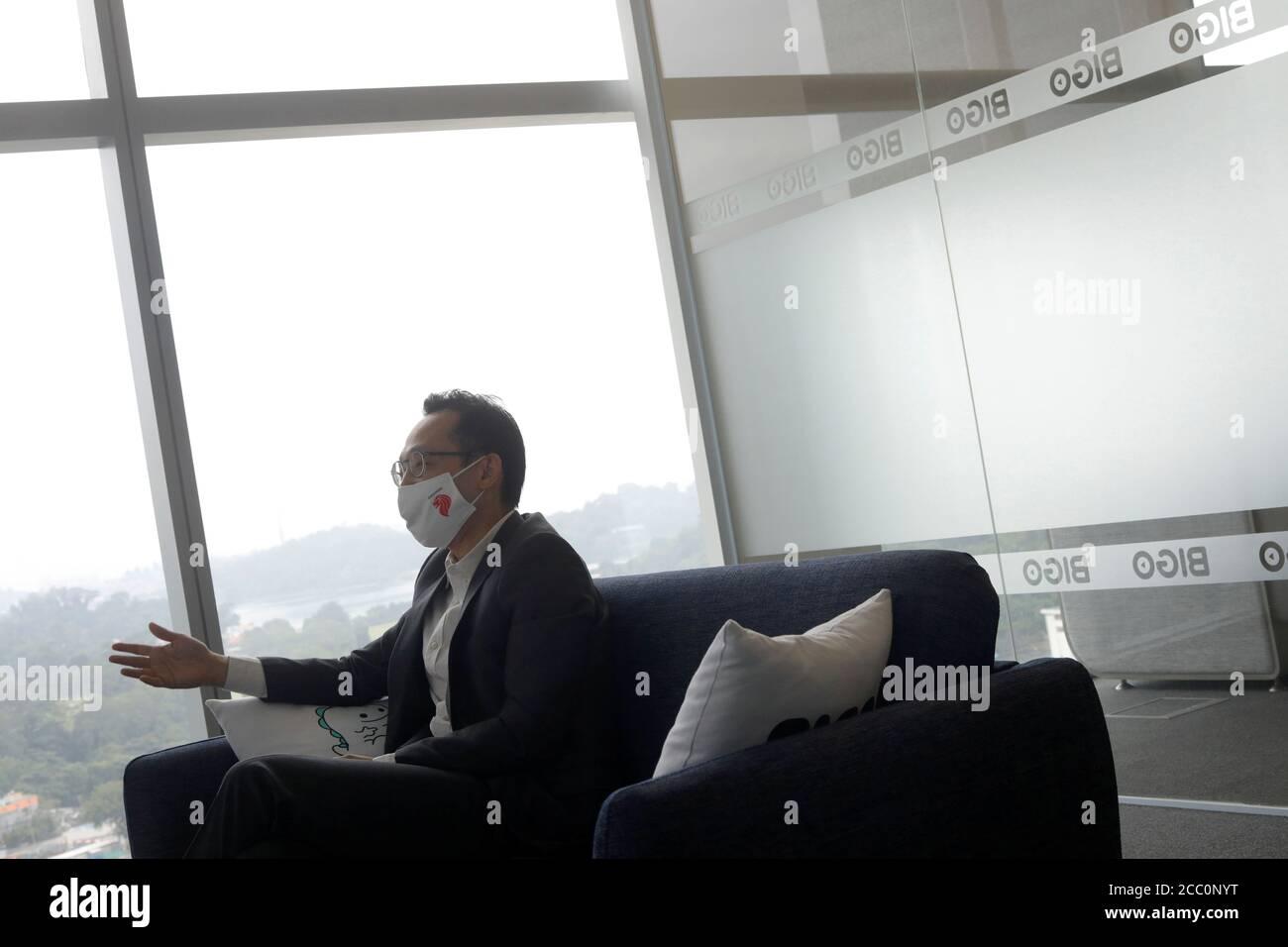 Mike Ong, Vicepresidente de Relaciones gubernamentales de BIGO Technology, habla con Reuters en su oficina en Singapur el 14 de agosto de 2020. Foto tomada el 14 de agosto de 2020. REUTERS/Edgar su Foto de stock