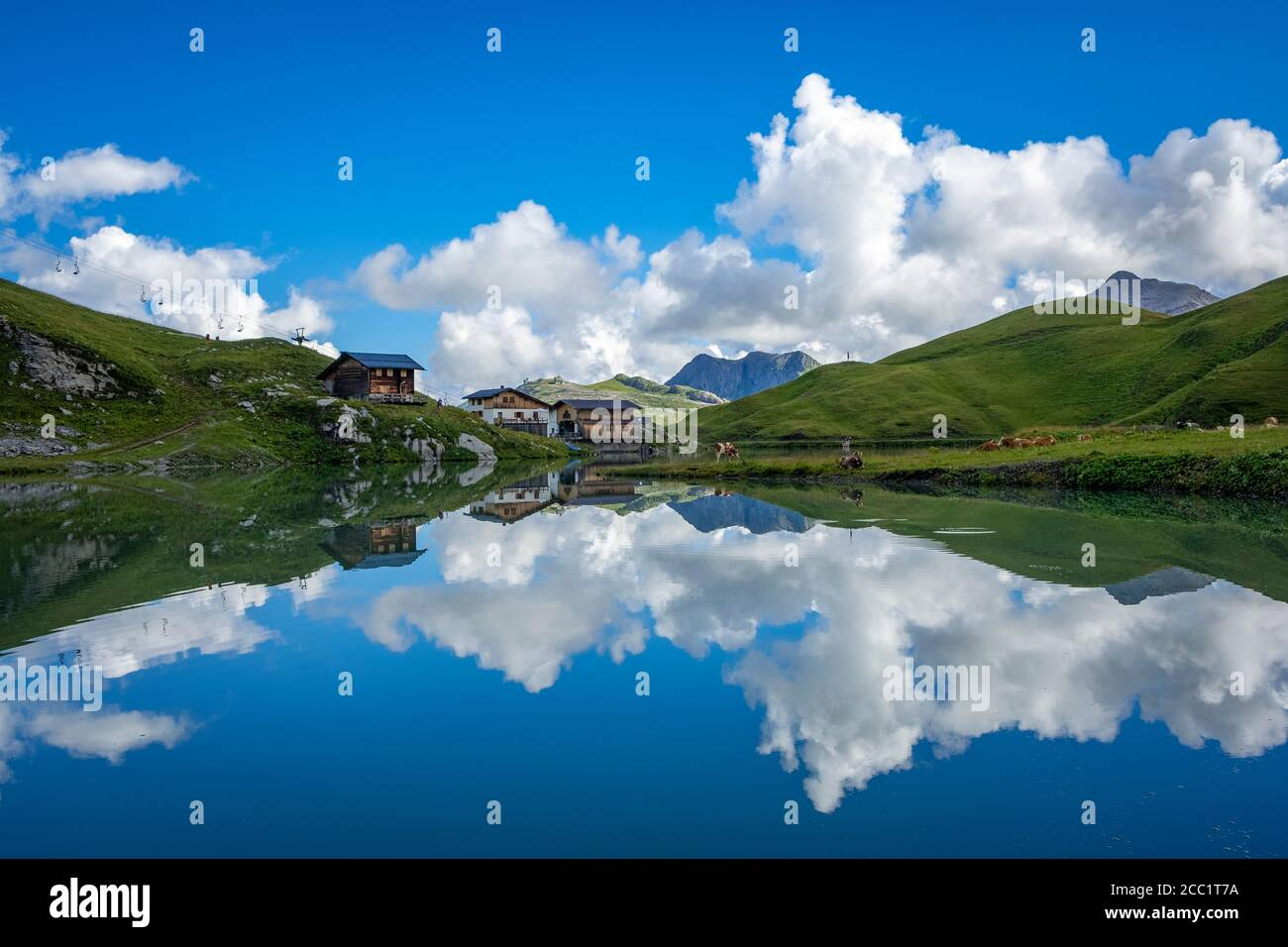 Maravillosas reflexiones sobre la sede de Zürser Foto de stock
