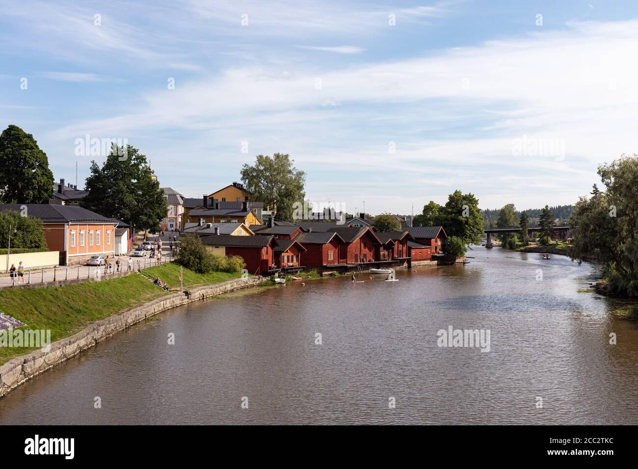 Antiguos edificios de almacenamiento de ocre rojo de madera junto al río Porvoonjoki en el casco antiguo de Porvoo, Finlandia Foto de stock