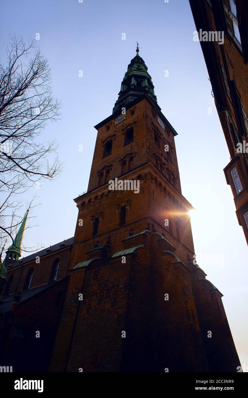 Torre de Nikolaj en Copenhague . Centro de Arte Contemporáneo en Dinamarca Foto de stock