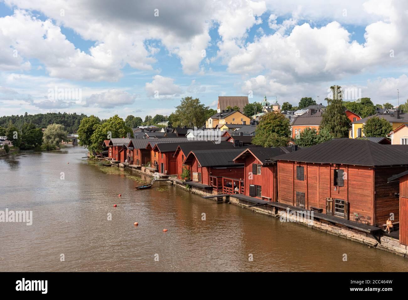 Antigua ciudad de almacenamiento de madera en la orilla del río Porvoonjoki en Porvoo, Finlandia Foto de stock