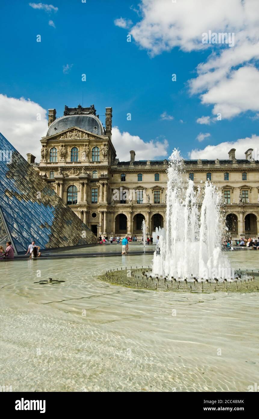 Louvre. Pavillon Richelieu. El Museo del Louvre (en francés: Museo del Louvre) es uno de los museos de arte más grandes y populares del mundo. El Museo es Foto de stock