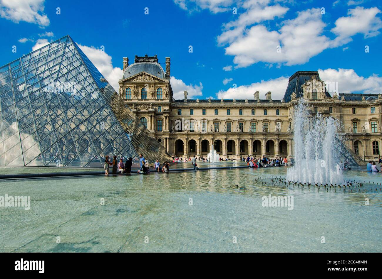 Louvre. Pavillon Richelieu (izquierda) y Pavillon Colbert el Museo del Louvre (francés: Musée du Louvre) es uno de los museos de arte más grandes y populares Foto de stock