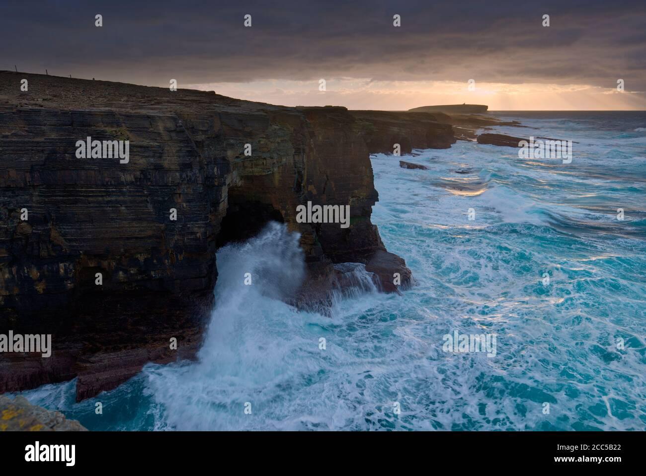 Mares ásperos y cielo a lo largo de los acantilados de Birsay, Islas Orkney Foto de stock