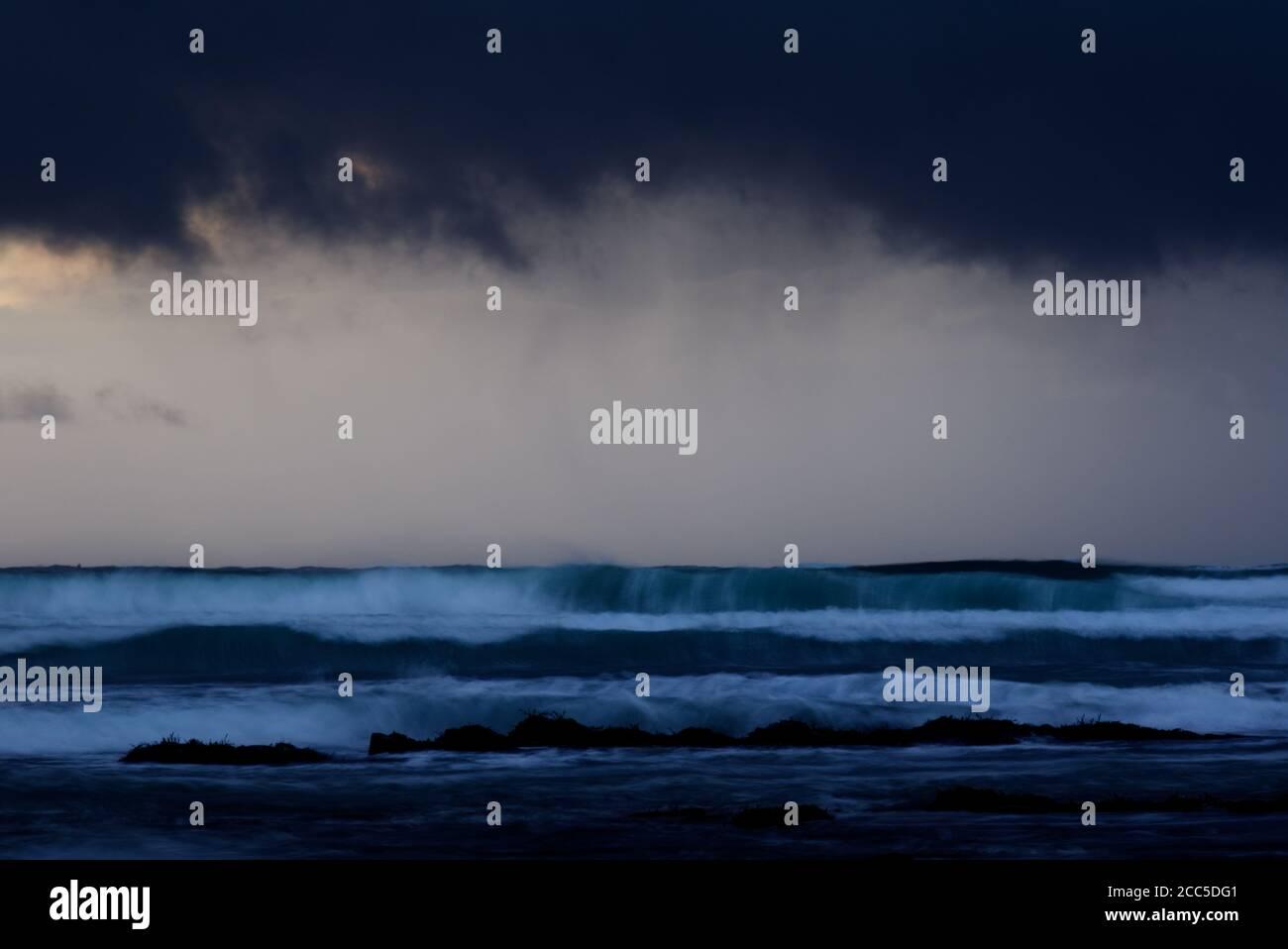 Mares ásperos y cielo moody a lo largo de la costa de Orkney Foto de stock