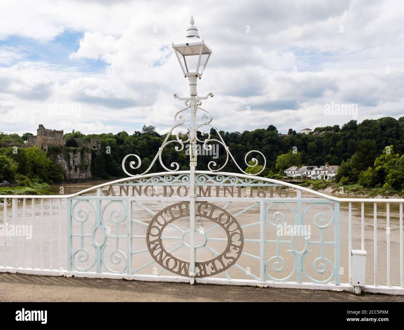 Nombres de los límites del condado en Old Wye Bridge (1816) que se extiende a través del río Wye en la frontera entre Inglaterra y Gales. Tutshill, Gloucestershire, Inglaterra, Reino Unido Foto de stock