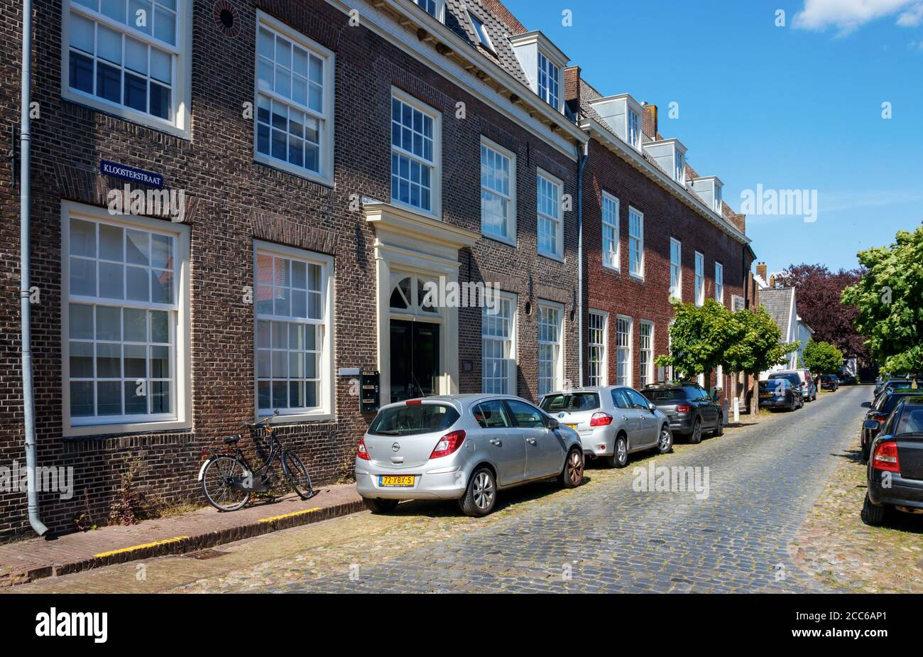 Centro antiguo de la ciudad de Naarden. Kloosterstraat con el Museo Comenius en un día soleado. Holanda del Norte, países Bajos. Foto de stock