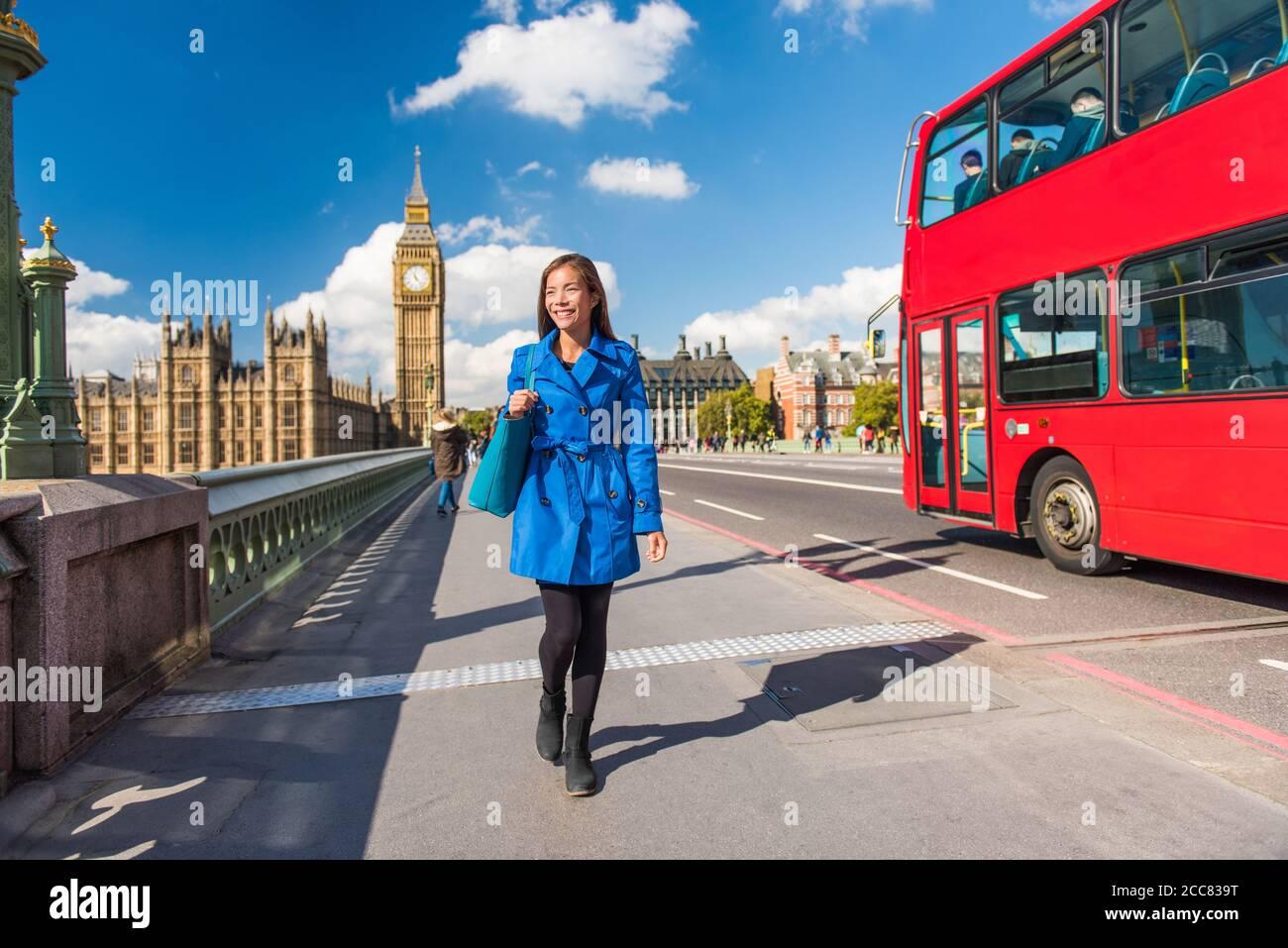 Londres Big Ben estilo de vida turista mujer caminando. Mujer de negocios va a trabajar en el puente de Westminster con el autobús rojo de doble cubierta de fondo. Viajes por Europa Foto de stock