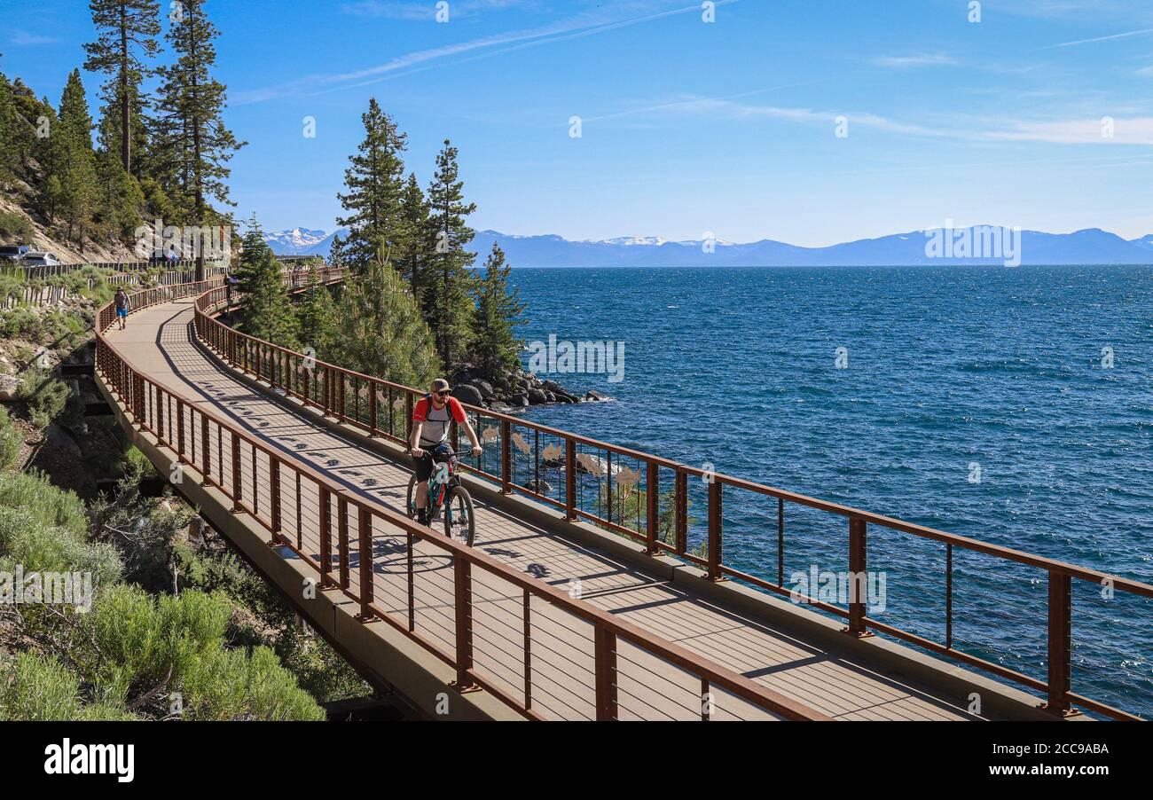 INCLINE VILLAGE, NEVADA, ESTADOS UNIDOS - 22 de octubre de 2019: Paseos en bicicleta a lo largo de Lake Tahoe's East Shore Trail entre Sand Harbor State Park y el a. Foto de stock