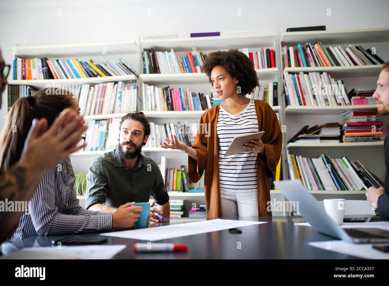 Directores Creativos tripulación trabaja con nuevo proyecto de inicio de Office. Lluvia de ideas del equipo. Foto de stock