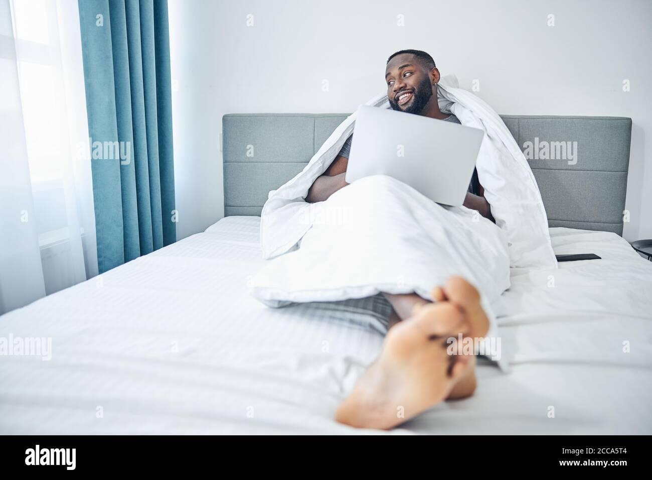 Hombre con barba alegre pasando un fin de semana en casa Foto de stock
