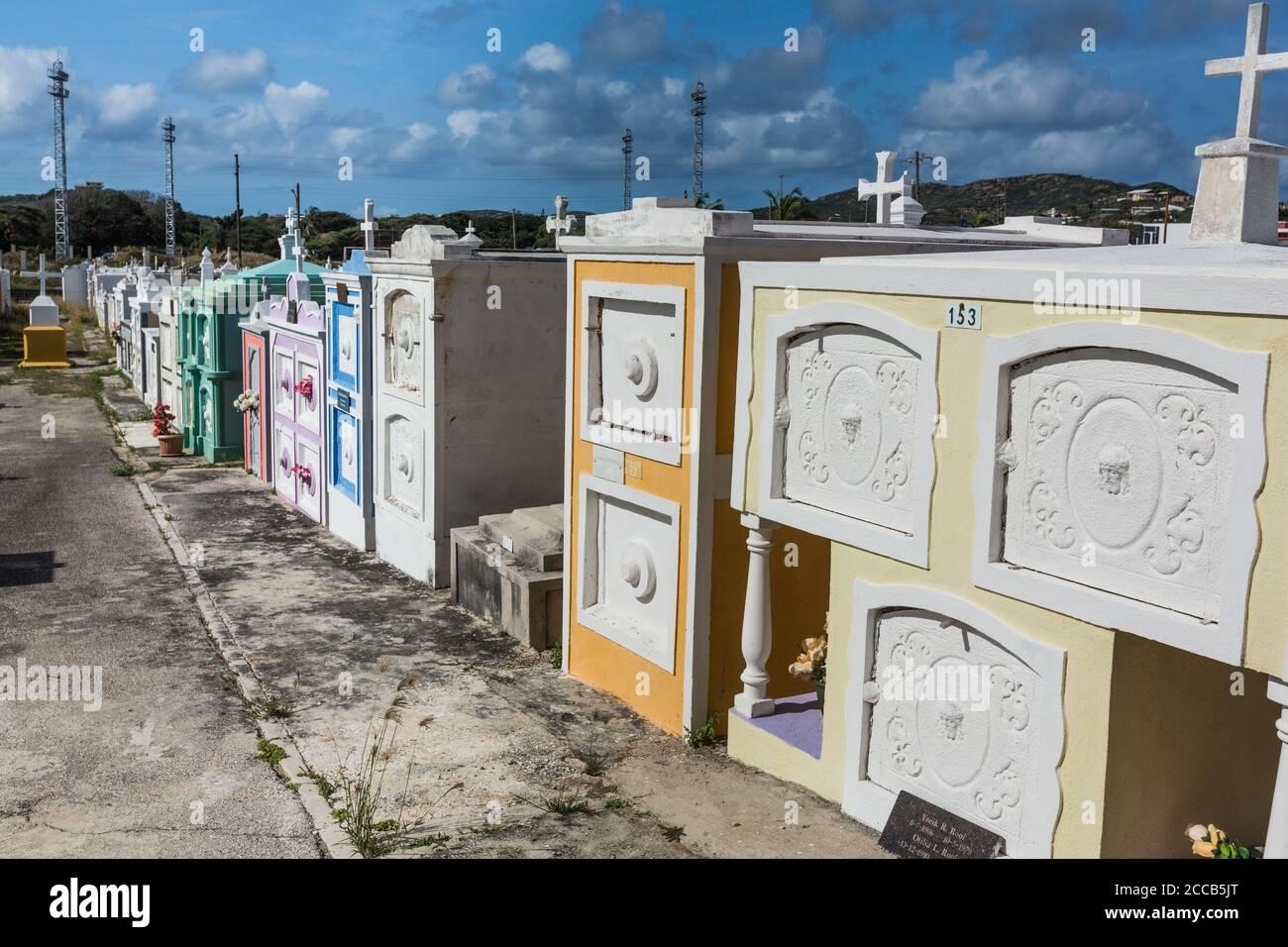 El cementerio de la Iglesia Católica de San José, una iglesia parroquial en la ciudad de Barber en la isla caribeña de Curacao en las Antillas Holandesas. Foto de stock