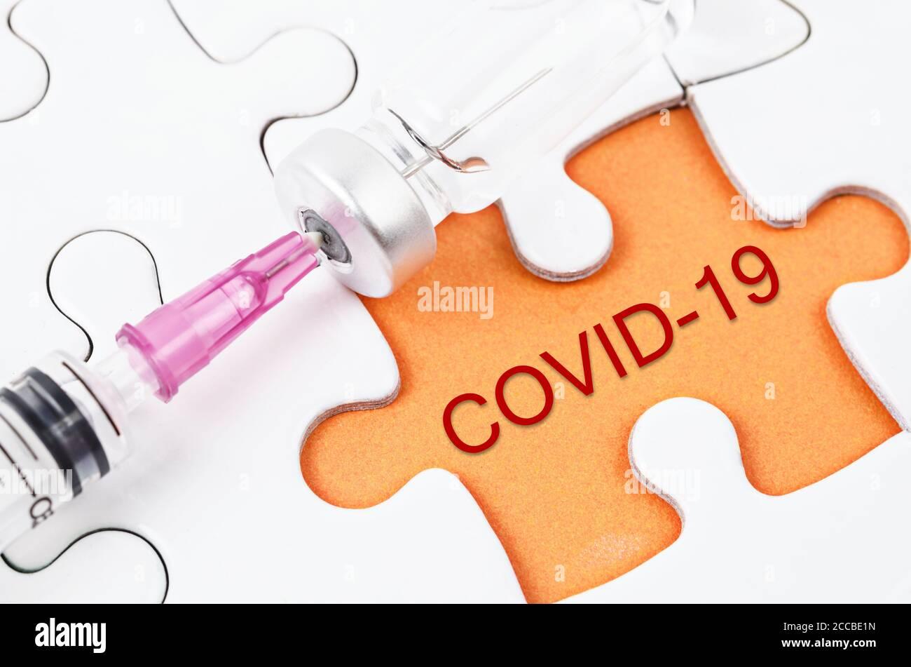 Inyección de vacuna y jeringa con texto COVID-19 en sierra de calar. Prevención, inmunización y tratamiento de la infección por el virus de la corona. Medicina infecciosa c Foto de stock