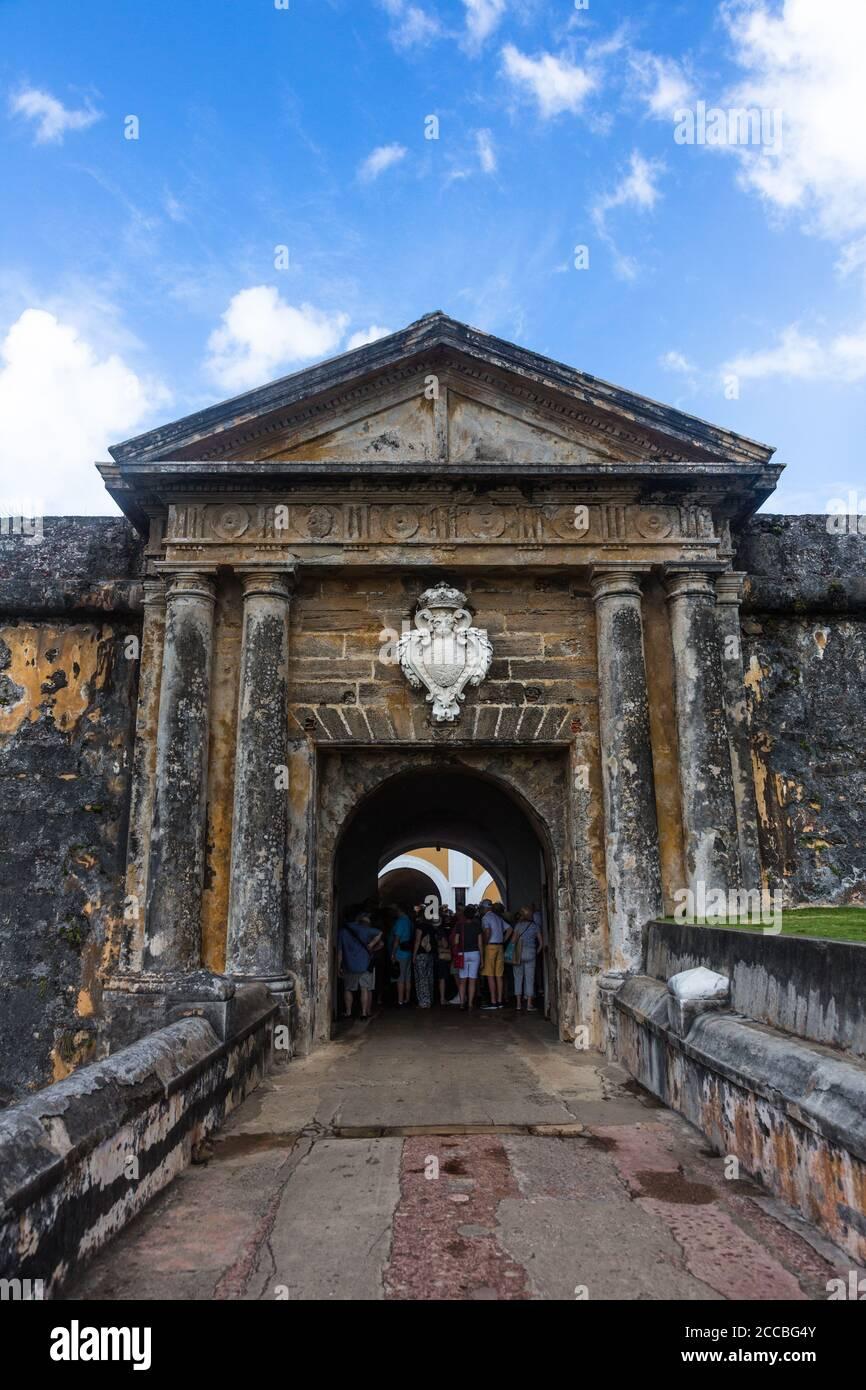 Turistas en la entrada sobre el foso seco al Castillo San Felipe del Morro. Viejo San Juan, Puerto Rico. Sitio Histórico Nacional de San Juan y una ONU Foto de stock