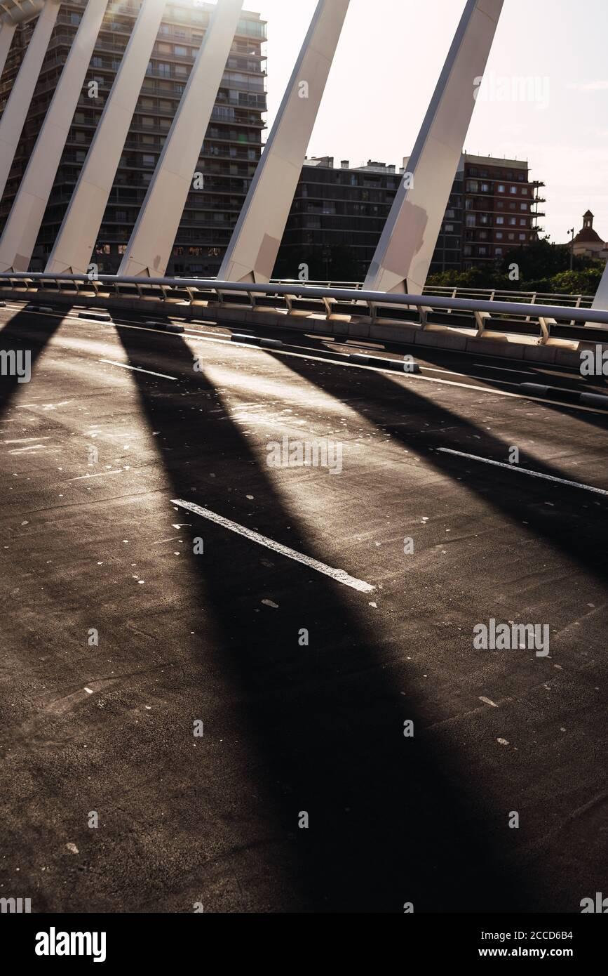 Sol y sombra en el camino de un puente de metal urbano, imagen vertical para portadas de libros. Foto de stock