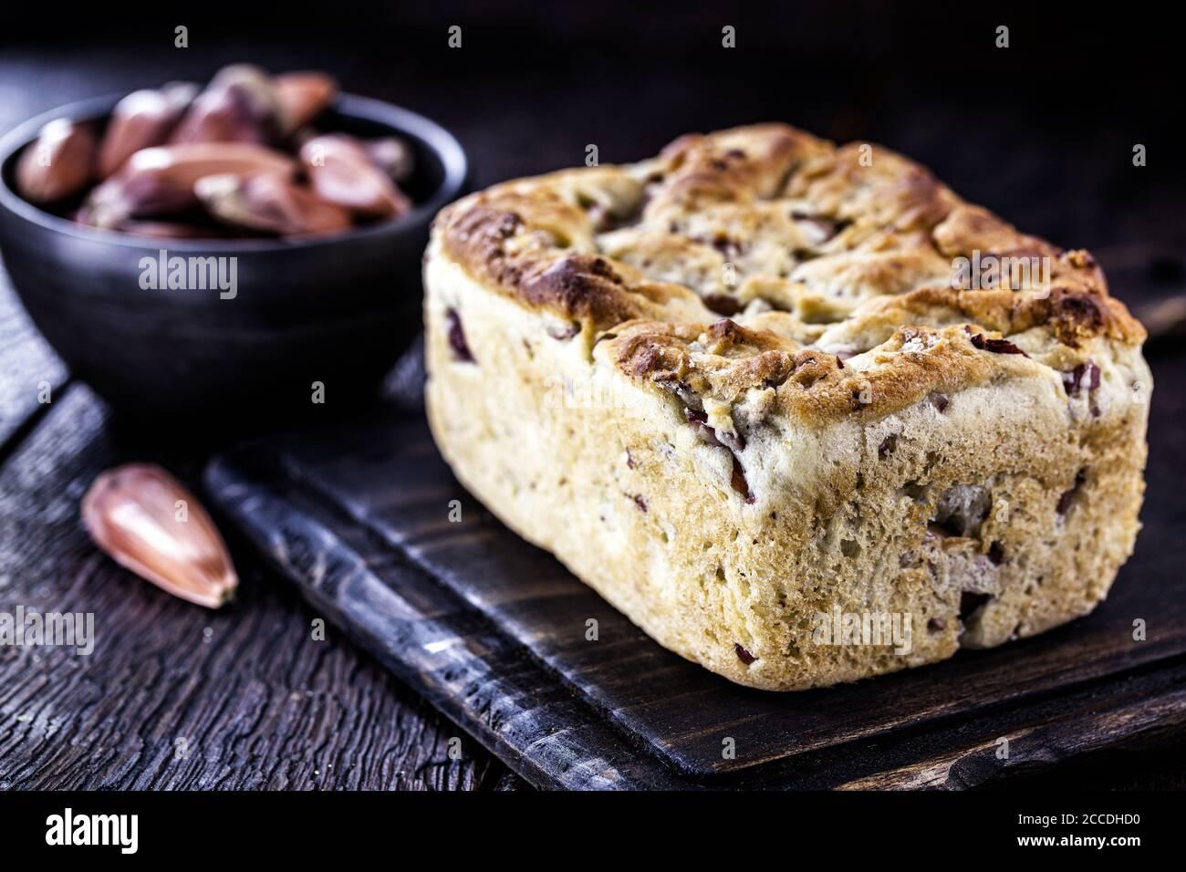 pan vegetariano casero, hecho con piñones, sin productos de origen animal. Foto de stock