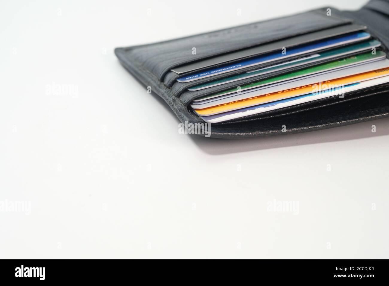 primer plano de las tarjetas de crédito en una cartera en madera antecedentes Foto de stock