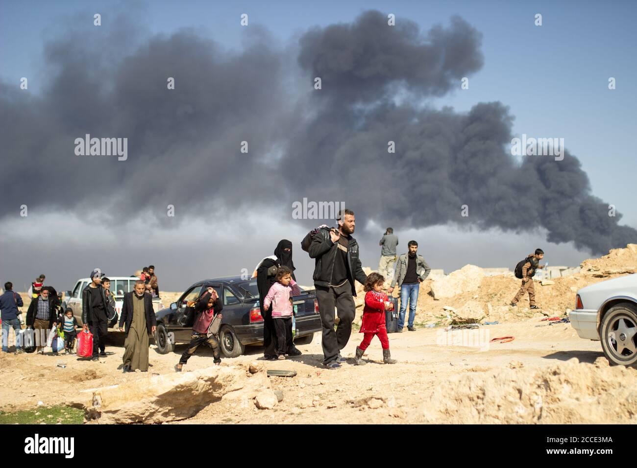 Mosul, Irak. 7 Mar 2017 civiles huyen de sus hogares cerca del barrio de Tall ar Rayyan en Mosul Occidental. Crédito: Joven G. Kim Foto de stock