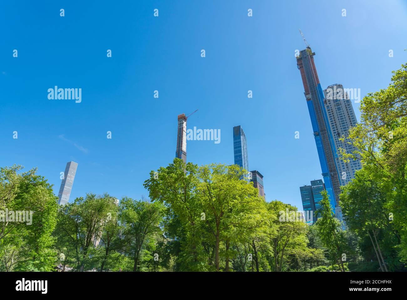 El rascacielos de Manhattan está detrás de árboles verdes frescos en el centro Parque Foto de stock