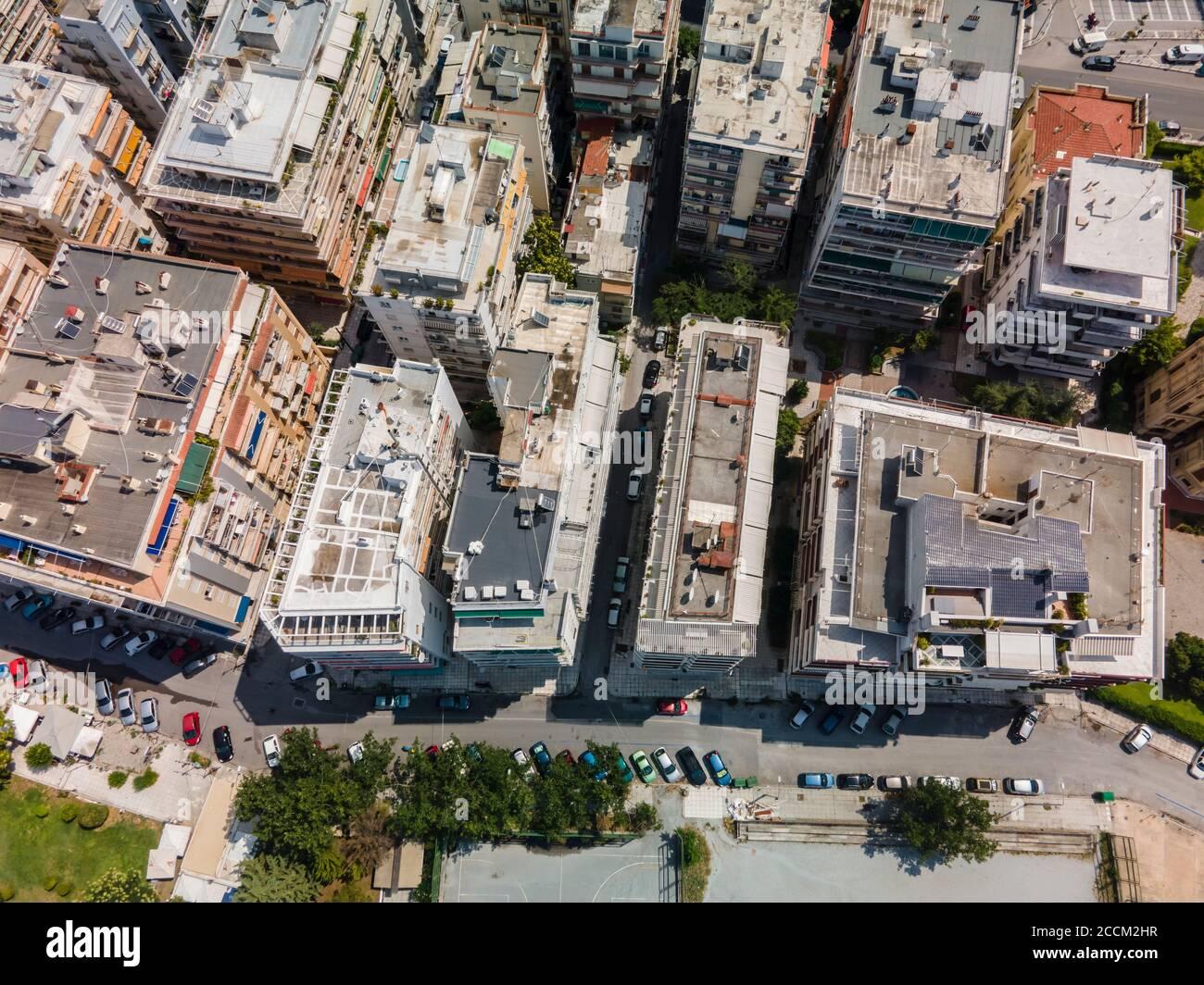 Thessaloniki, Grecia vista aérea del paisaje de los edificios del barrio Analipsi tejados. Día de vista panorámica de la ciudad europea con pisos residenciales. Foto de stock