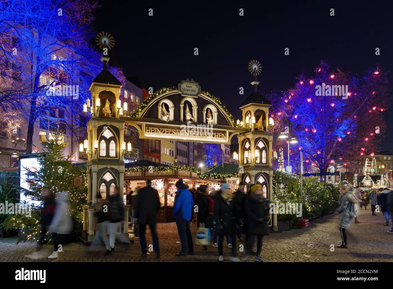 Paisaje nocturno, hermosa entrada arqueada de Weihnachtsmarkt, mercado de Navidad en Köln, en Alter Markt, famoso mercado cerca del ayuntamiento de Colonia. Foto de stock