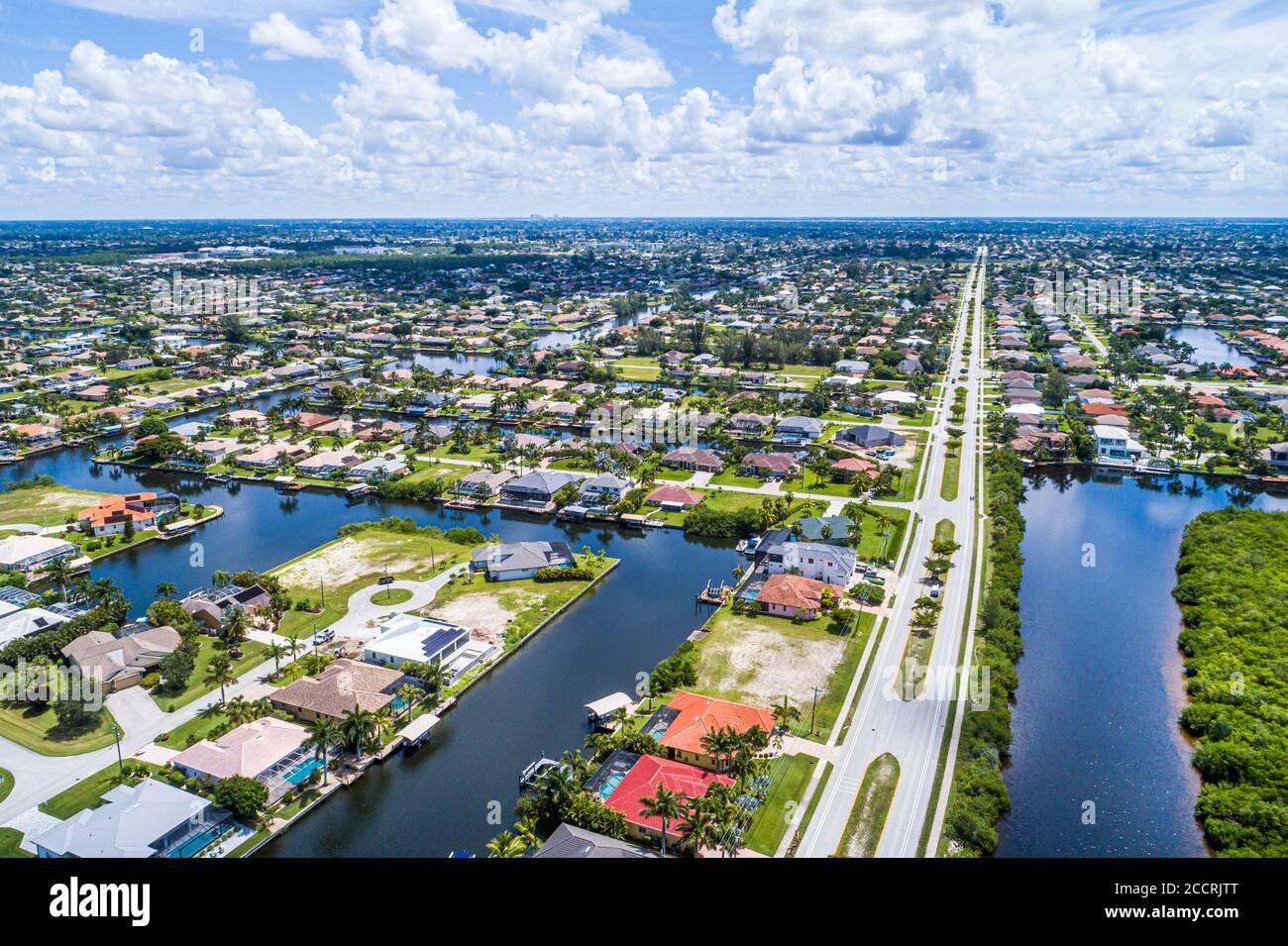 Florida Cape Coral Beach Parkway South Spreader Waterway Canal naturaleza preservar las casas limítrofes barrio canales aérea vista de pájaro abo Foto de stock