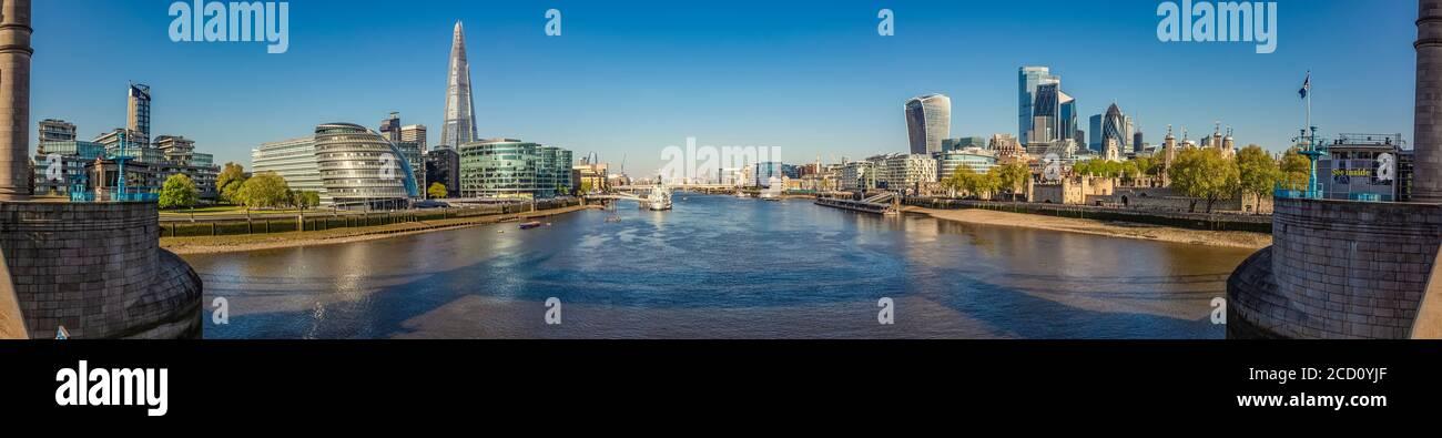 Vista de Londres y el río Támesis desde el Tower Bridge; Londres, Inglaterra, Reino Unido Foto de stock