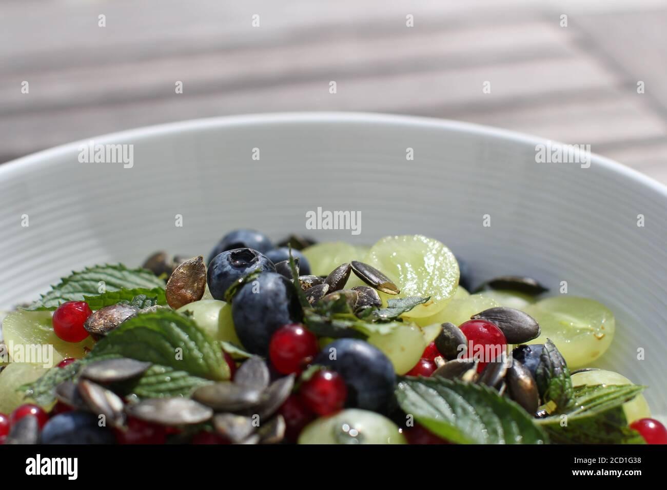 ensalada de frutas de colores con semillas de calabaza en la parte superior Foto de stock