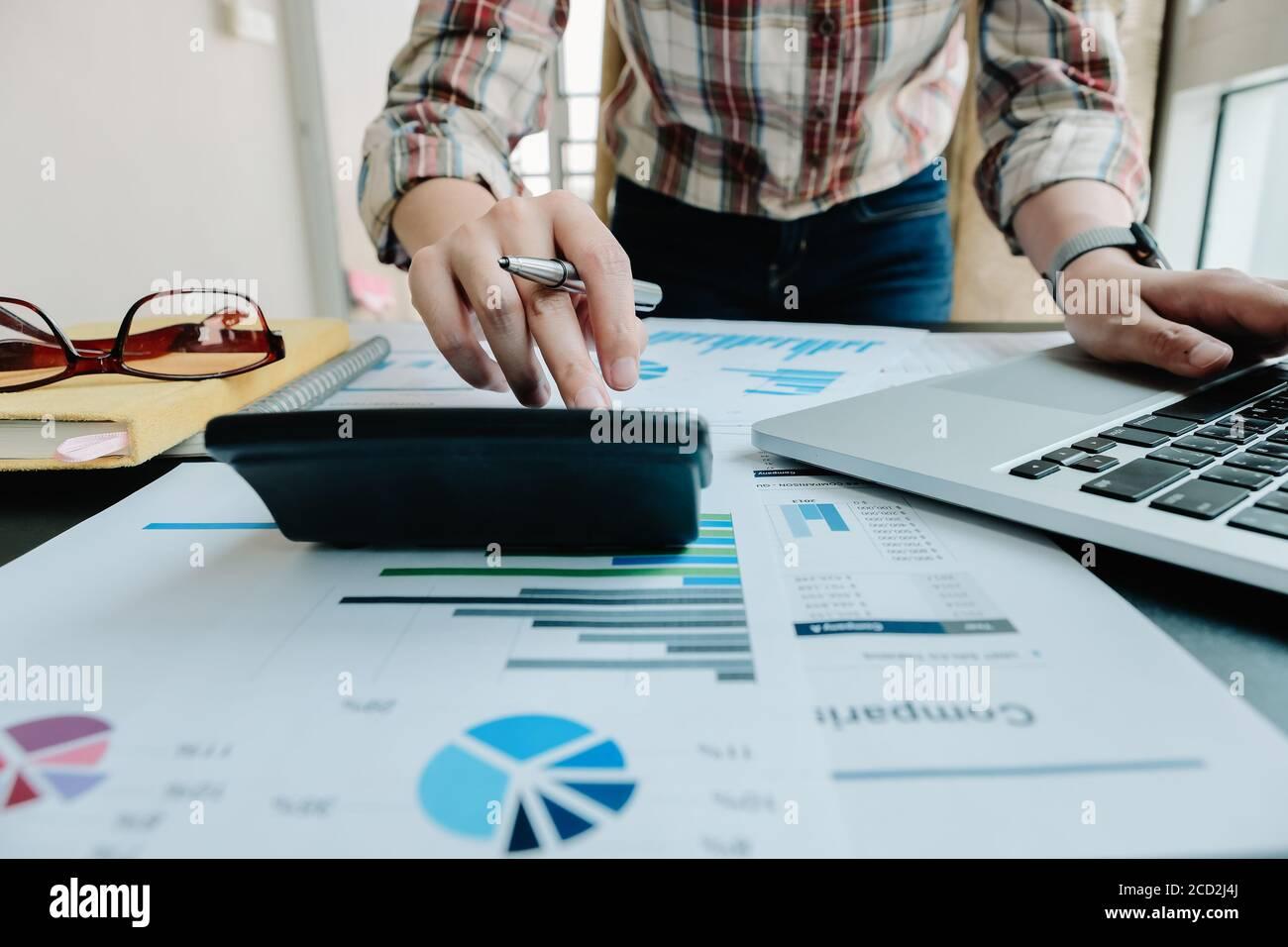 El contable o el inspector financiero realiza el reporte, el cálculo o el control del balance. Finanzas domésticas, inversión, economía, ahorro de dinero o seguros Foto de stock