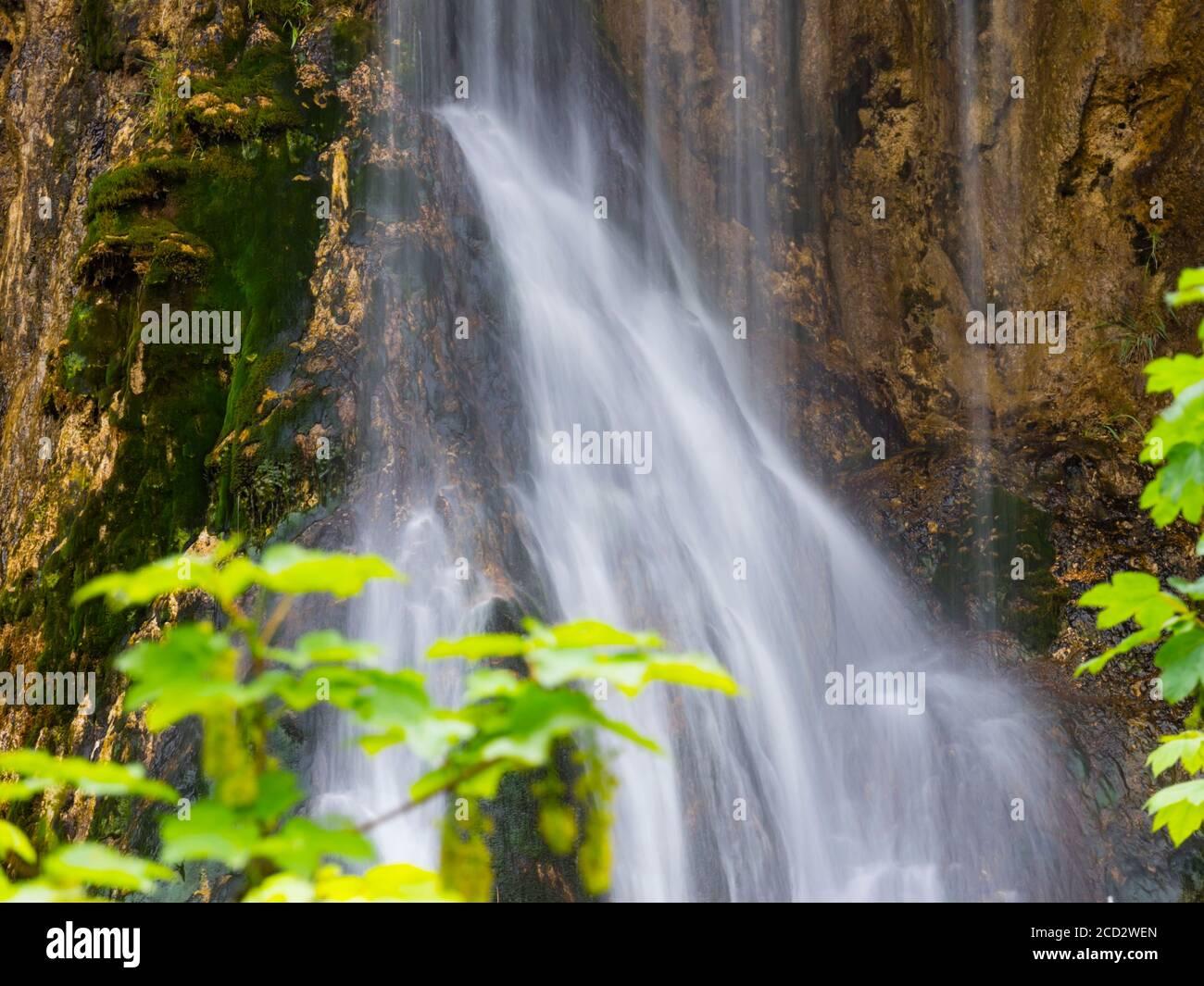 Parque nacional Lagos de Plitvice en Croacia Europa flujo de agua cascada escénico paisaje Foto de stock
