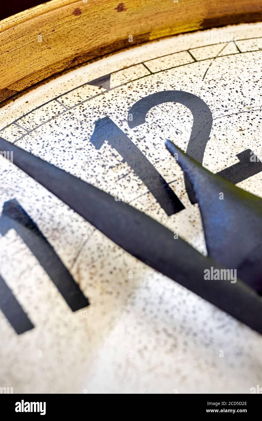 Detalle de reloj antiguo clásico muestra de 2 minutos a las 12 en punto. Concepto de fin de año o cuenta atrás. Foto de stock