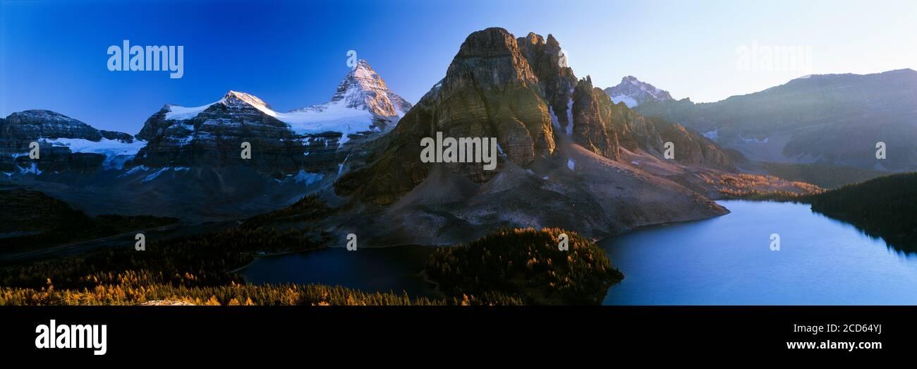 Paisaje con lago y montañas en el Parque Provincial Monte Assiniboine en otoño, Columbia Británica, Canadá Foto de stock
