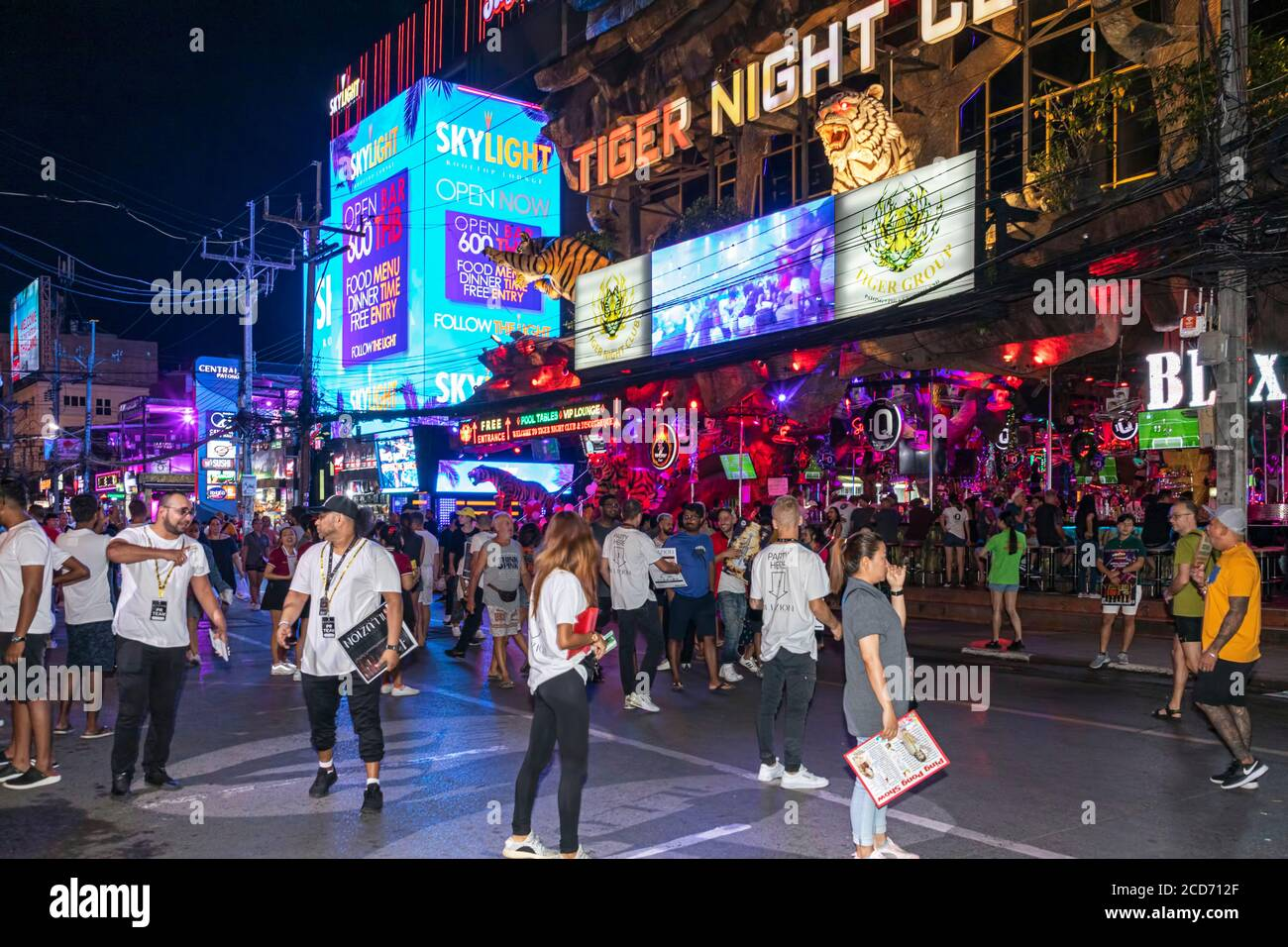 Multitudes y bares en Bangla Walking Street, Patong, Phuket, Tailandia Foto de stock